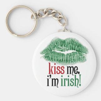 Béseme. Soy irlandés Llavero Redondo Tipo Pin