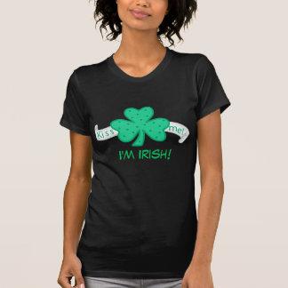 Béseme - soy la camiseta de la mujer irlandesa playeras