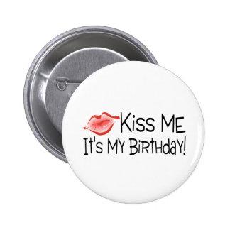 Béseme su mi beso del cumpleaños pin redondo de 2 pulgadas