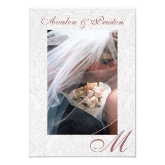 Beso bajo invitación rosada del boda del damasco