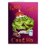 Beso con la tarjeta de la precaución