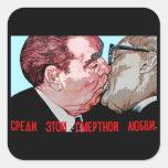 Beso de Brezhnev y de Honeker, galería de la zona  Colcomanias Cuadradass