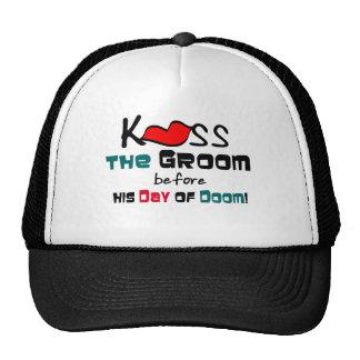 Beso de la despedida de soltero el gorra del novio