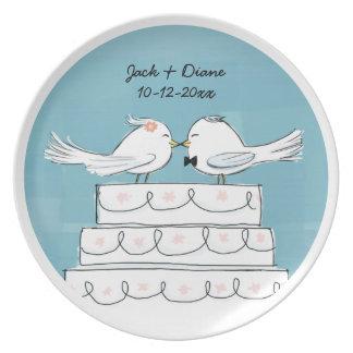 Beso de la novia y del novio del pastel de bodas plato