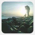 Beso de la puesta del sol pegatina cuadrada