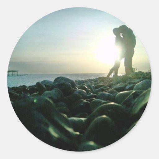 Beso de la puesta del sol pegatina redonda