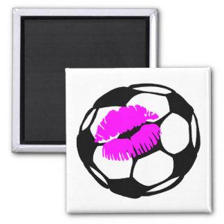 Beso del fútbol (rosa) imán cuadrado