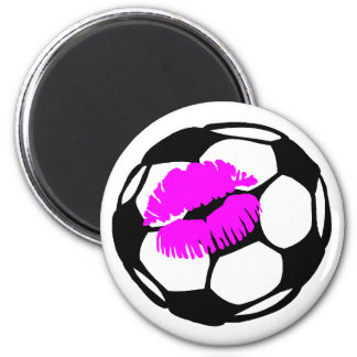 Beso del fútbol (rosa) imán redondo 5 cm