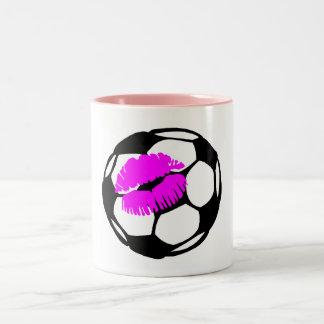 Beso del fútbol (rosa) taza de dos tonos