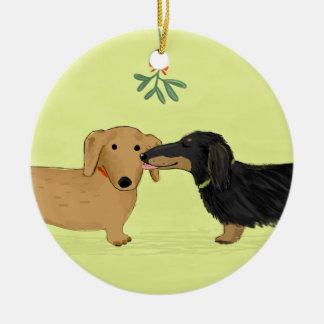 Beso del muérdago del Dachshund - navidad del Adorno Navideño Redondo De Cerámica