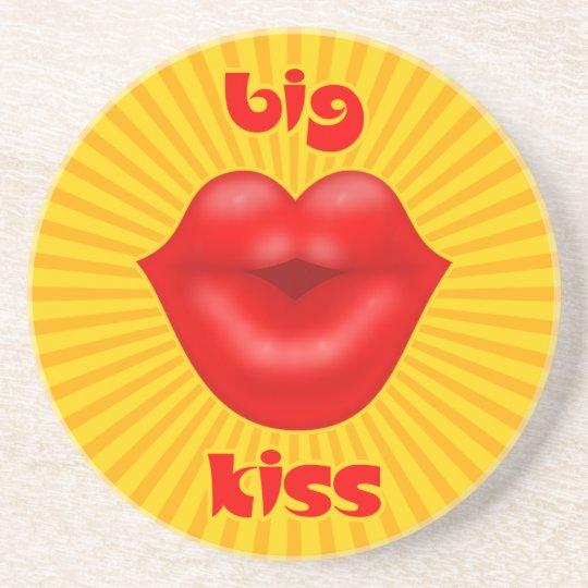 Beso grande de los labios rojos solares de oro de posavasos de arenisca