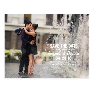 Beso romántico de los pares en fuente/reserva la tarjetas postales