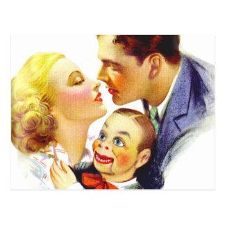 Beso romántico tres del kitsch retro del vintage u postal