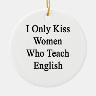 Beso solamente a las mujeres que enseñan a inglés adorno navideño redondo de cerámica