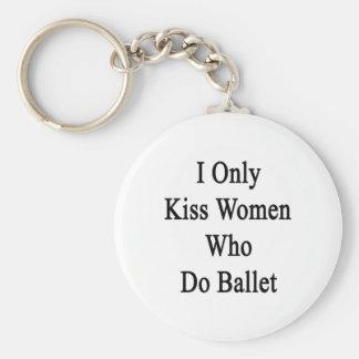 Beso solamente a las mujeres que hacen ballet llavero redondo tipo pin
