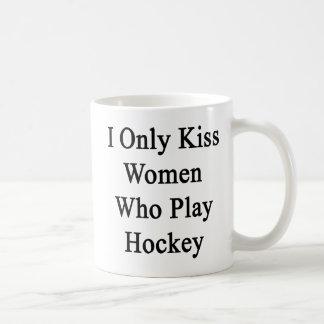 Beso solamente a las mujeres que juegan a hockey taza clásica
