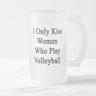 Beso solamente a las mujeres que juegan a voleibol taza de cristal