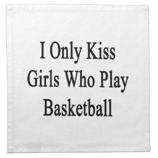 Beso solamente a los chicas que juegan a servilletas de papel