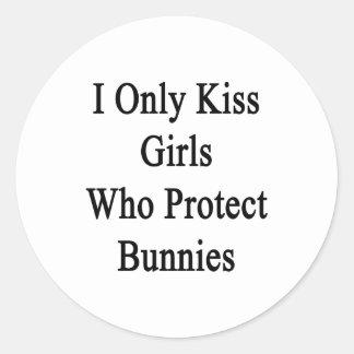 Beso solamente a los chicas que protegen conejitos pegatina redonda