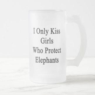 Beso solamente a los chicas que protegen elefantes jarra de cerveza esmerilada