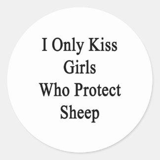 Beso solamente a los chicas que protegen ovejas pegatina redonda