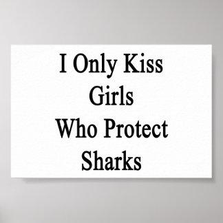 Beso solamente a los chicas que protegen tiburones póster