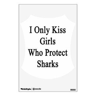 Beso solamente a los chicas que protegen tiburones vinilo