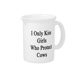 Beso solamente a los chicas que protegen vacas jarras de beber