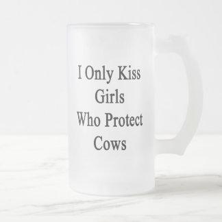 Beso solamente a los chicas que protegen vacas taza de cristal