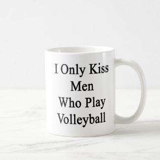 Beso solamente a los hombres que juegan a voleibol taza clásica