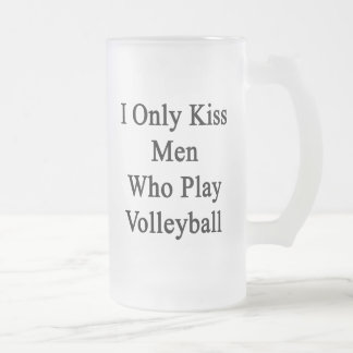 Beso solamente a los hombres que juegan a voleibol taza de cristal