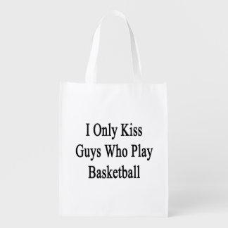 Beso solamente a los individuos que juegan a bolsas de la compra