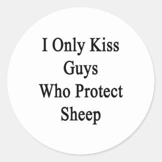 Beso solamente a los individuos que protegen pegatina redonda