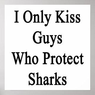Beso solamente a los individuos que protegen póster
