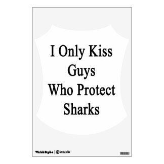 Beso solamente a los individuos que protegen vinilo adhesivo
