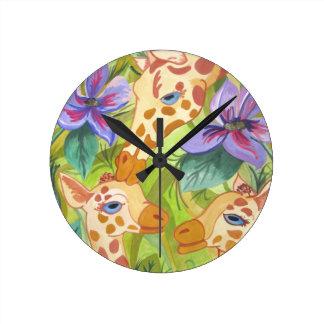 Besos africanos de la jirafa (arte de Kimberly Tur Reloj Redondo Mediano