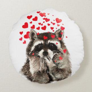 Besos del mapache divertido y corazones del amor cojín redondo