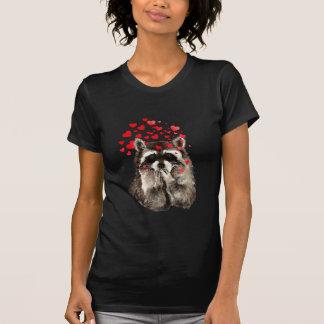 Besos del mapache divertido y corazones del amor poleras