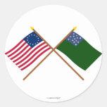 Betsy Ross cruzado y banderas verdes de los Pegatina Redonda