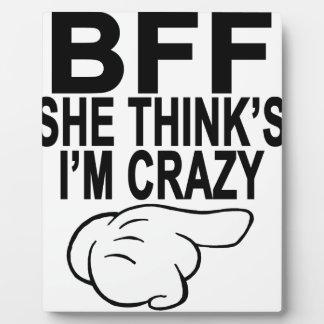 BFF que ella piensa que soy T-Shirts.png LOCO Placa