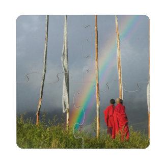 Bhután, pueblo de Gangtey, arco iris sobre dos mon Posavasos De Puzzle