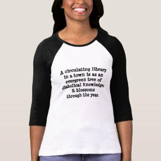 Biblioteca un árbol de hoja perenne de las camiseta