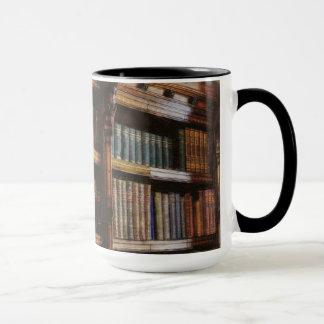 Biblioteca y libros medievales del diseño de la taza