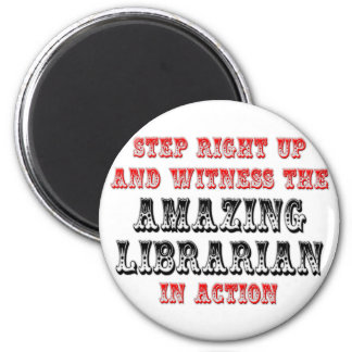 Bibliotecario asombroso en la acción imanes
