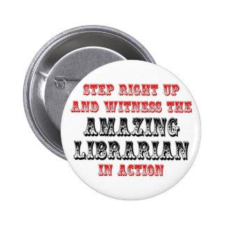 Bibliotecario asombroso en la acción pin