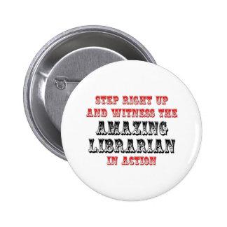 Bibliotecario asombroso en la acción pins