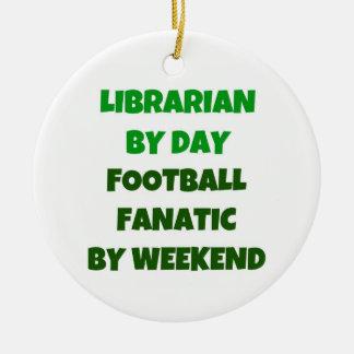 Bibliotecario del fanático del fútbol del día por adorno navideño redondo de cerámica