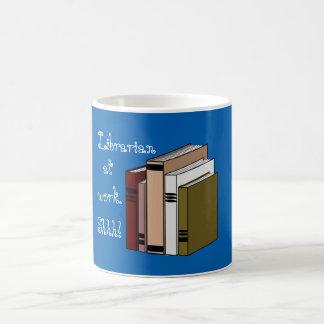 Bibliotecario en el trabajo - taza de café