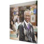 Bibliotecario negro en biblioteca escolar impresión en lona estirada