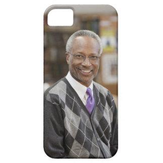 Bibliotecario negro en biblioteca escolar iPhone 5 carcasas
